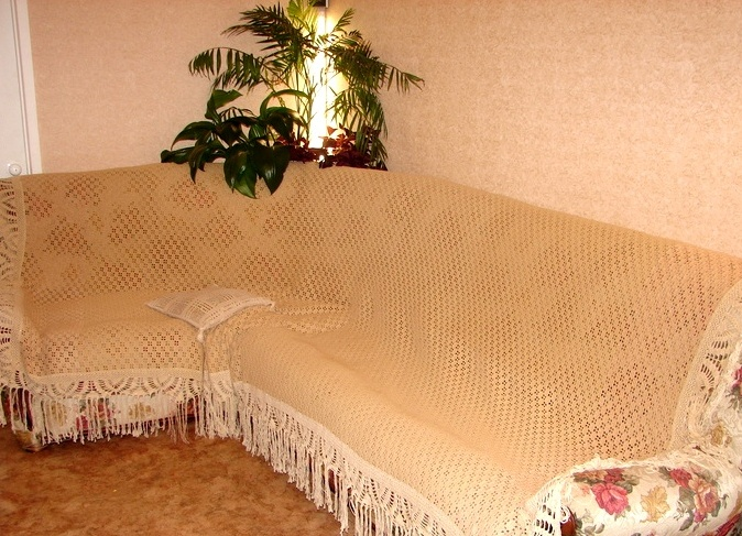Бежевая накидка на диван с бахромой. / Фото: top-home-ideas.com