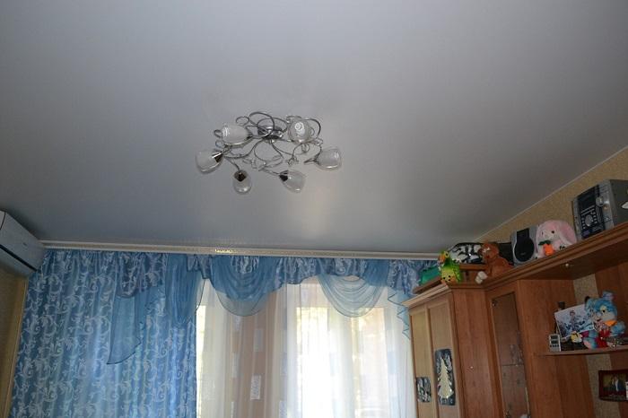 Одной люстры мало на всю комнату. / Фото: potolokld.ru