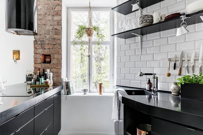 Красный кирпич на кухне гармонично смотрится с плиткой «кабанчик». / Фото: bazakamnya.ru