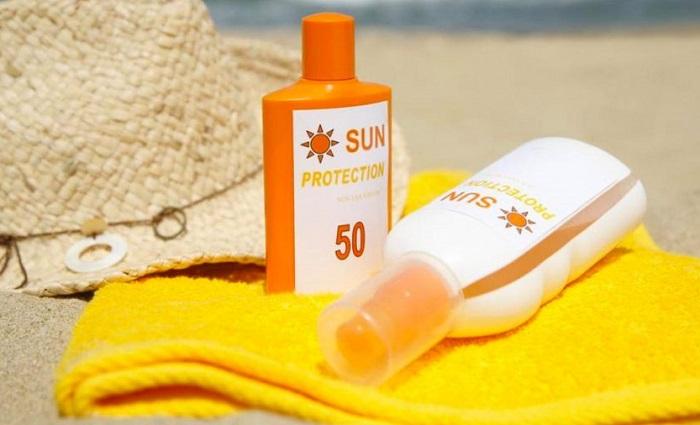 В качественный солнцезащитный крем должны входить оксид цинка и диоксид титана. / Фото: be-ba-bu.ru