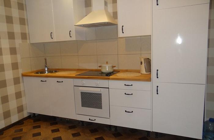 Белая глянцевая кухня вписывается в любой интерьер. / Фото: pinterest.ru