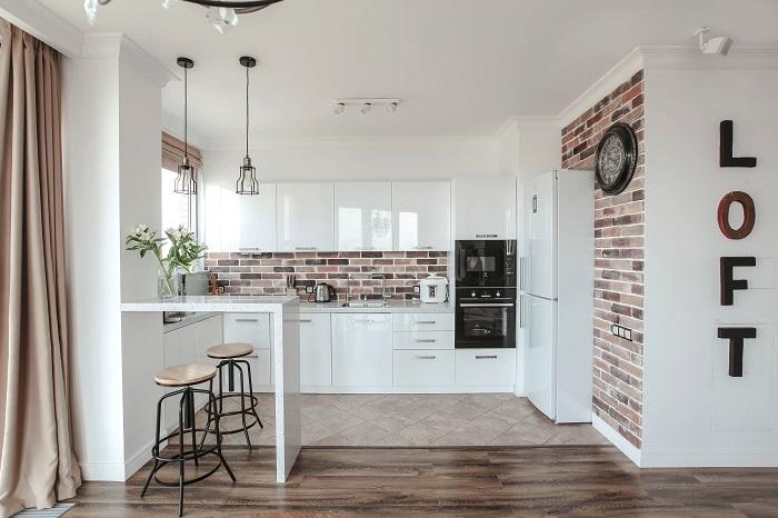 Оформляя кухню в стиле лофт, не забудьте про кирпичную кладку. / Фото: stroy-podskazka.ru