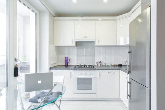 Полностью белая кухня выглядит блекло и угнетающе. / Фото: dizajnintererov.com