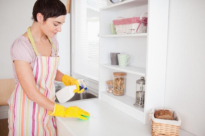 Во время уборки нельзя применять агрессивные моющие средства. / Фото: usluga-vsem.ru
