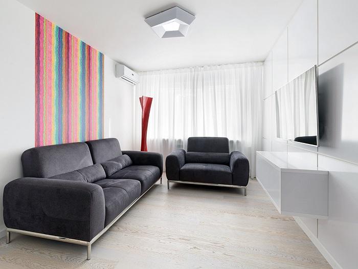 Белый потолок делает комнату просторнее. / Фото: mykaleidoscope.ru