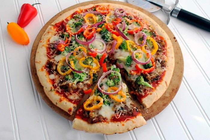 Овощная пицца с соусом чили. / Фото: belraw.ru
