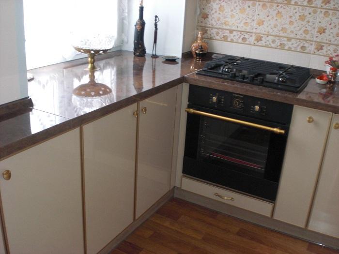 Кухонную столешницу можно сделать из подоконника, чтобы сэкономить место на кухне. / Фото: berkem.ru