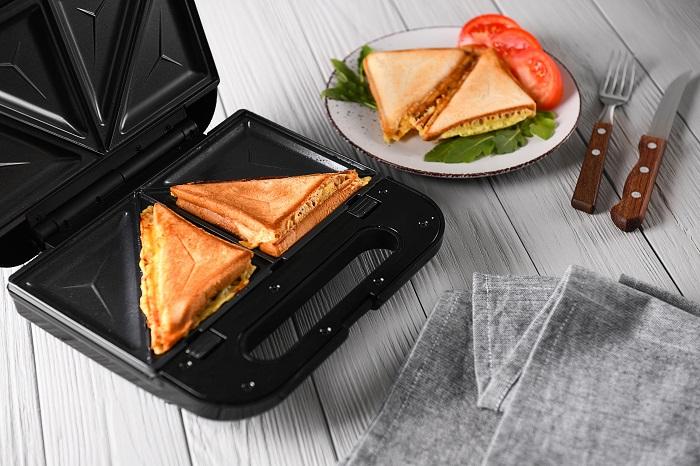 Прибор для приготовления сэндвичей. / Фото: mayakplus.com