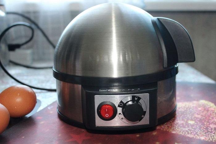 Яйцеварку смело может заменить кастрюля с водой. / Фото: 123ru.net