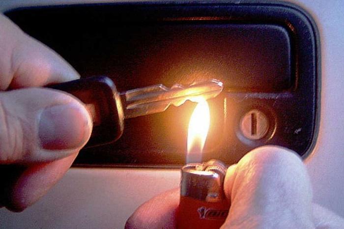 Нагрейте замок зажигалкой. / Фото: billing4.net