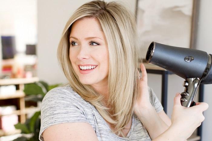Когда волосы будут почти сухие, включите функцию холодного воздуха. / Фото: blackpantera.ru