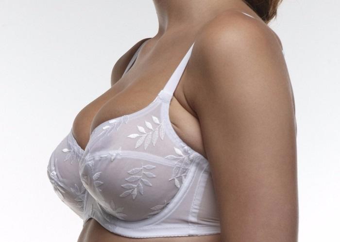 Если грудь выпадает сверху, значит бюстгальтер маленький. / Фото: blog.brashop.ru