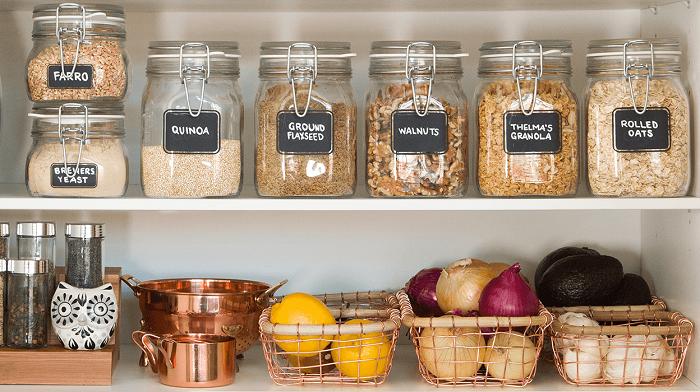 Стикеры на посуде позволят узнать, что где лежит, не открывая емкости. / Фото: blog.postel-deluxe.ru