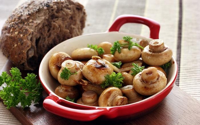 Блюдо из грибов содержит много белка. / Фото: wallhere.com