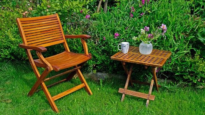 Садовую мебель стоит чистить разными способами, в зависимости от материала изготовления. / Фото: br.de