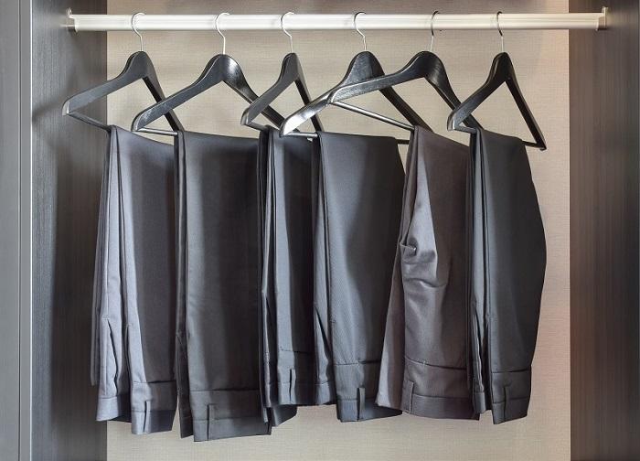 Если перекладины на вешалке гладкие, брюки будут соскальзывать. / Фото: galant33.ru