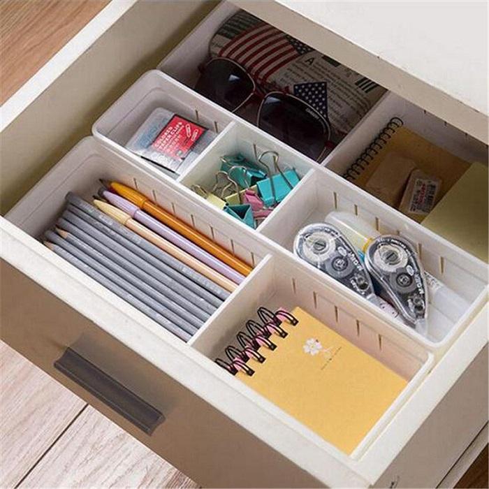 Для сортировки мелочей разделите ящик на несколько отсеков. / Фото: buzzfeed.com