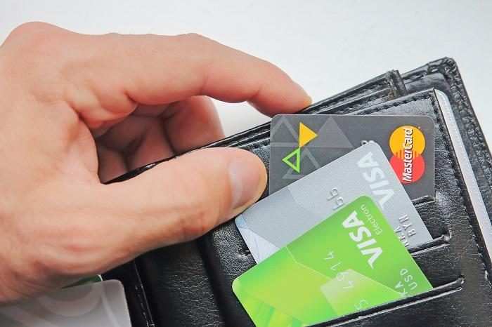 На банковских картах собирается очень много микробов. / Фото: byrich.ru
