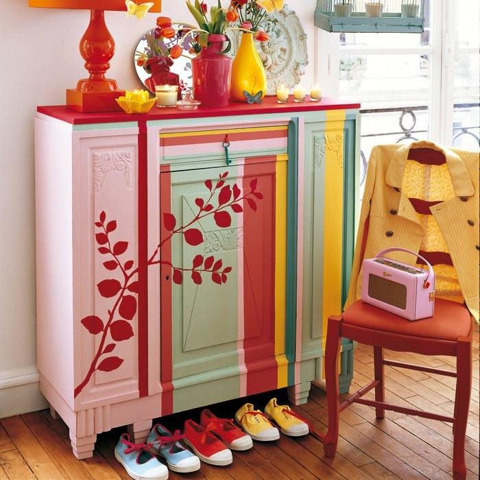 Старую мебель можно превратить в оригинальный шкаф для обуви. / Фото: cache.marieclaire.fr