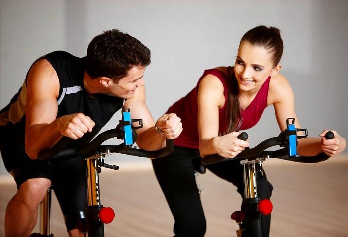Общение с человеком, который вам нравится, разнообразит тренировки. / Фото: cambiatufisico.com
