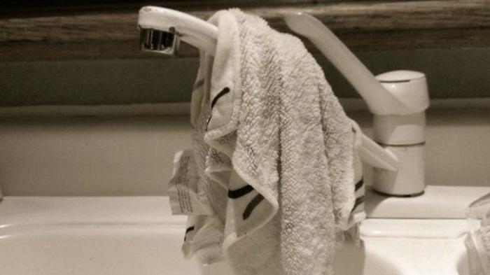 Всегда сушите кухонные полотенца и чаще меняйте их. / Фото: cdn.cienradios.com