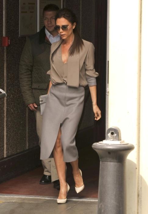 Виктория Бекхэм в лаконичном наряде в деловом стиле. / Фото: celebitchy.com