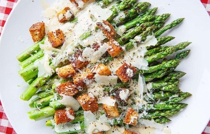 Главным компонентом салата является спаржа. / Фото: realcooks.ru