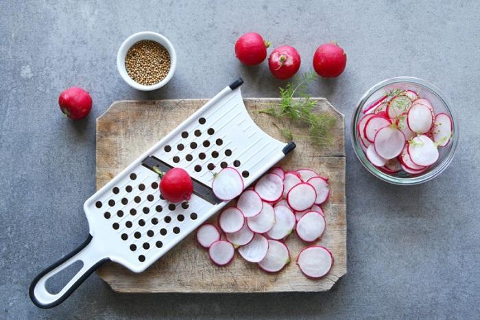 Ручная овощерезка ускоряет процесс приготовления салата. / Фото: challenger.ru
