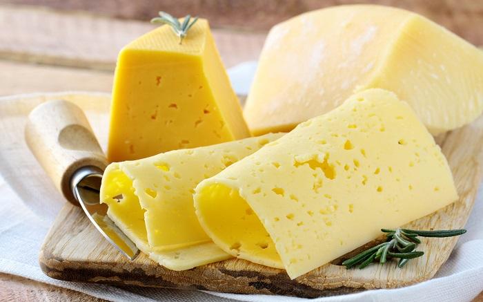 Вечером желудок плохо переваривает жиры, которые содержатся в сыре. / Фото: cheese-factory.ru