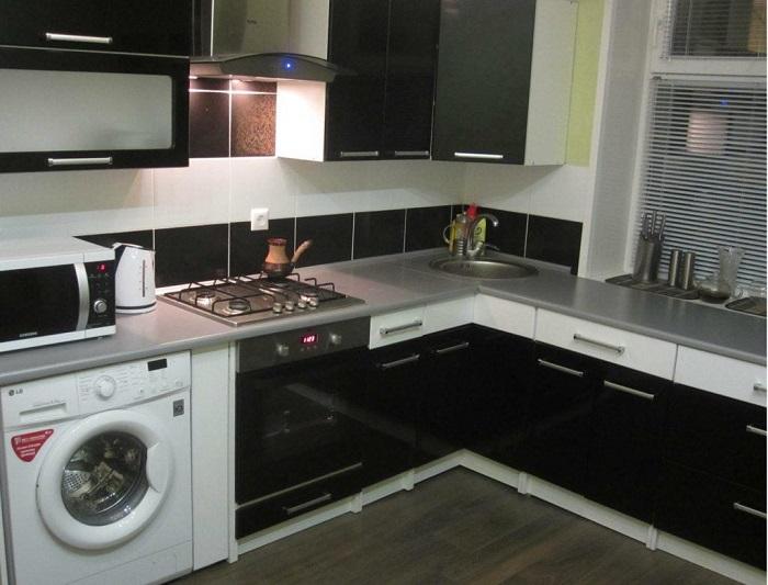 На черном кухонном гарнитуре хорошо видны пятна. / Фото: krovatspb.ru
