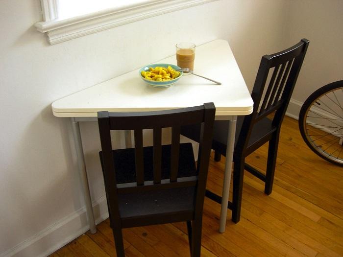 Черных стульев будет вполне достаточно для создания стильной кухни. / Фото: remoskop.ru