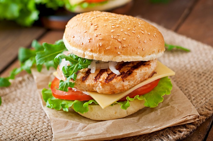 Бургер с куриной котлетой, приготовленной на гриле. / Фото: chicken-elika.kz