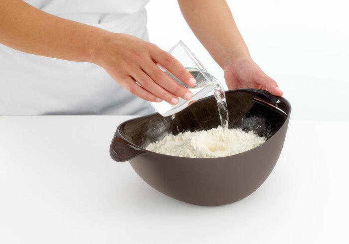 В силиконовой чаше можно замешать тесто и выпечь его в духовке. / Фото: chinatovari24.ru