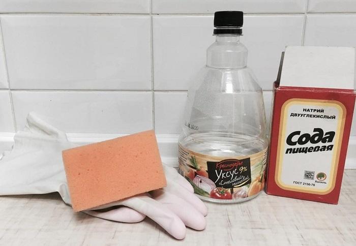 Уксус поможет очистить швы, но не саму плитку. / Фото: plitkahelp.com