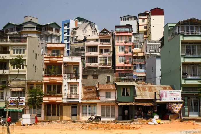 На первых этажах вьетнамских домов обычно расположены магазины, парикмахерские. / Фото: chopacho.ru