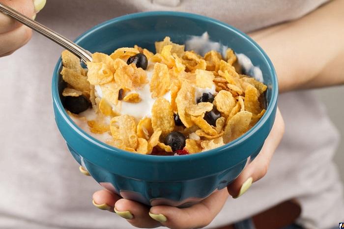 Кукурузные хлопья обычно заливают молоком. / Фото: news.myseldon.com