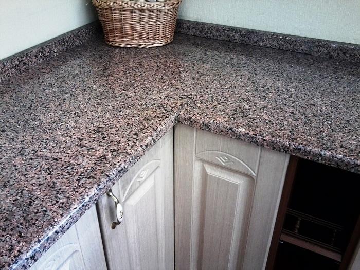 Каменная столешница чувствительна к абразивным веществам. / Фото: granit-ka.com