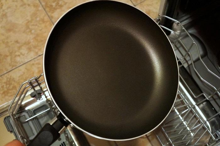 Губка может повредить покрытие сковороды. / Фото: halalclean.com