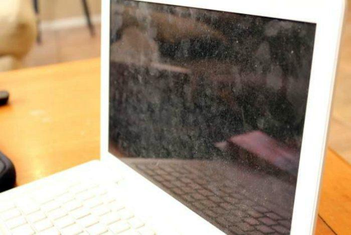 Пыльный экран ноутбука можно вытереть тряпкой из микрофибры. / Фото: it-tehnik.ru