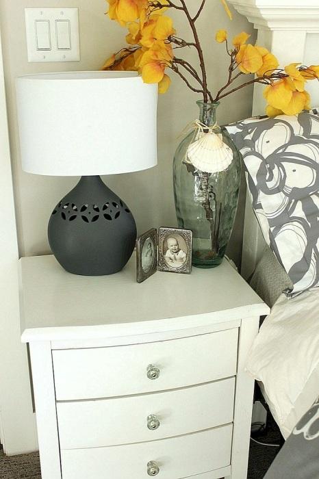 На тумбочке может стоять ваза и лампа. / Фото: dizainexpert.ru