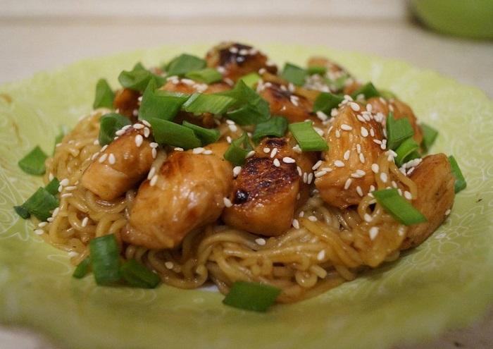 Лапша с курицей и соевым соусом. / Фото: cookpad.com