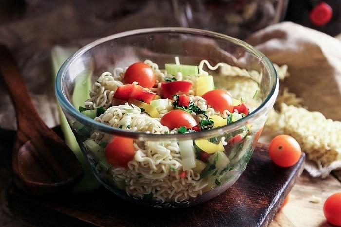 Салат из «Доширака» с помидорами черри, перцем и огурцами. / Фото: fishki.net