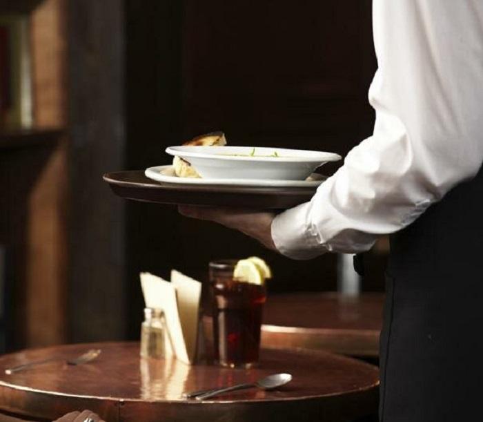 Официант торопиться убрать тарелки не только из любви к чистоте. / Фото: city-sochi.ru
