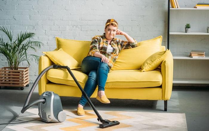 На мягкой мебели скапливается много пыли, которую нужно устранять с помощью пылесоса. / Фото: clients-cdnnow.ru