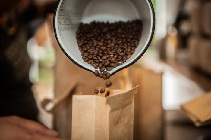 Зерновой кофе легко впитывает посторонние запахи. / Фото: coffeved.ru