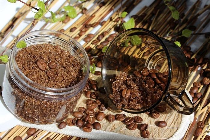 Скраб для тела из переработанных кофейных зерен. / Фото: coffeein.ru