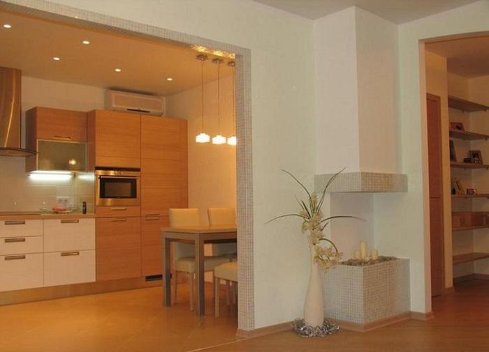 Проем между кухней и гостиной можно оставить открытым. / Фото: cok-remont.com