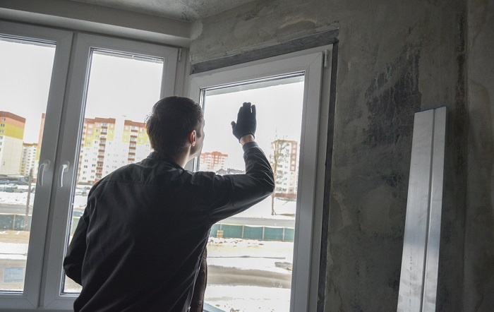 Проверьте окна на наличие сквозняков и конденсатов. / Фото: content.onliner.by