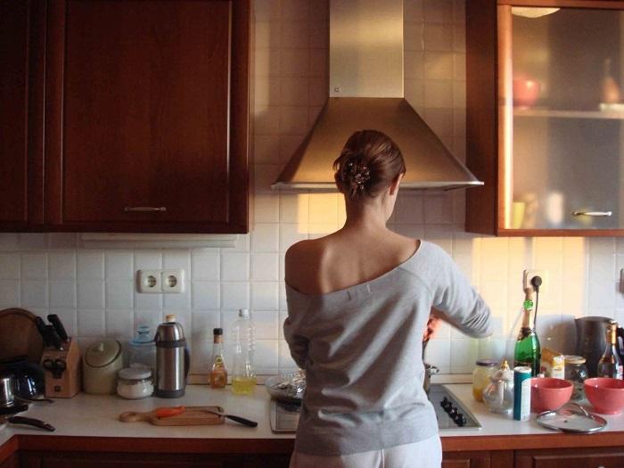 Большинство хозяек проводят на кухне много времени. / Фото: cosmu.ru