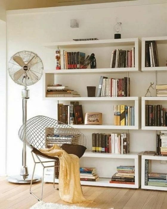 Расставляйте книги как по горизонтали, так и по вертикали, формируя из них стопки. / Фото: crimea.pulscen.ru